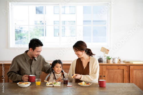 Valokuvatapetti 幸せな家族の食事風景