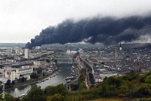 Fototapeta L'incendie de l'usine Lubrizol de Rouen obraz