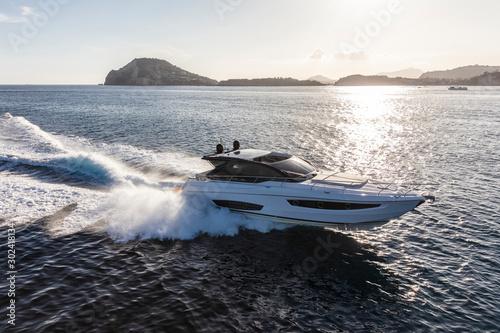 luksusowy jacht motorowy w nawigacji, widok z lotu ptaka