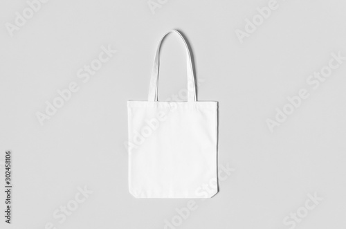 Photo White tote bag mockup on a grey background.