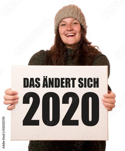 Fotografie, Tablou  Junge fröhliche Frau hält Schild: Das ändert sich 2020