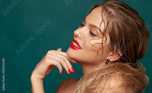 Close-up portrait of beautiful woman with holiday make-up Fototapete