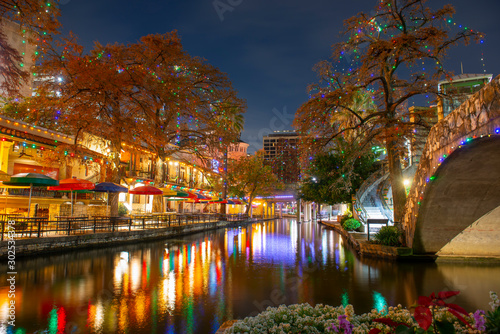 Photo San Antonio River Walk and stone bridge over San Antonio River near Alamo in downtown San Antonio, Texas, USA
