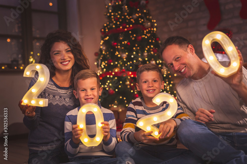 Obraz Parents and kids holding illuminative numbers 2020 - fototapety do salonu