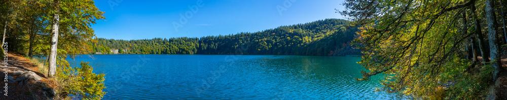Fototapeta vue panoramique du lac Pavin en Auvergne, Puy-de-Dome, France