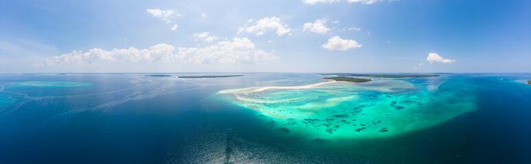 Widok z lotu ptaka wyspy tropikalnej plaży rafy morze karaibskie. Biała piaskownica Snake Island, Indonezja Archipelag Moluccas, Wyspy Kei, Morze Banda, cel podróży, najlepsze nurkowanie z rurką