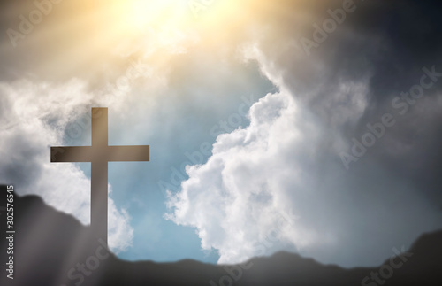 Photo Christmas concept The symbol of the cross of Jesus Christ on the earth in the back with the morning sunshine shines through the clouds in the vast sky as love, sacrifice, beautiful mercy