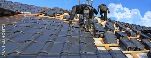 Stampa su Tela Roofer tiling a new roof