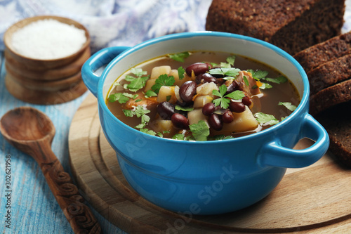 Photo A bowl with kidney bean vegetable soup