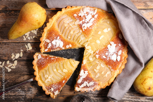 Photo  pear tart with almond cream, top view