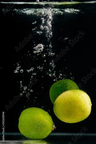 zielone-limonki-w-wodzie-na-czarno