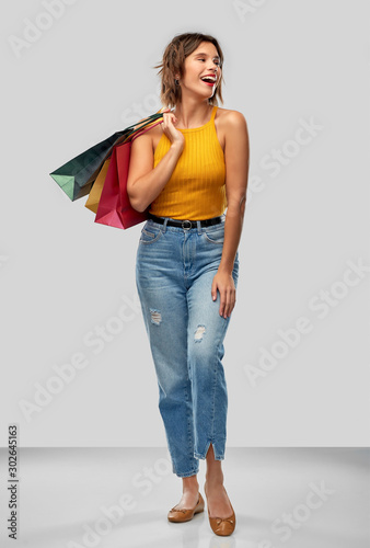 Fotografía  sale and people concept - happy smiling young woman in mustard yellow top and je