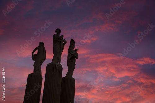 Foto auf Leinwand Aubergine lila Lavagna Ligurie Italy. Statue and sunset