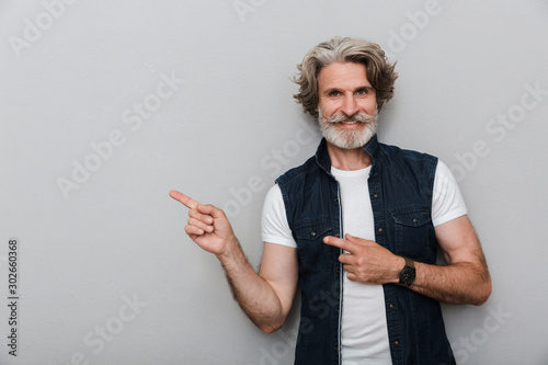 Papel de parede  Senior man with grey hair isolated