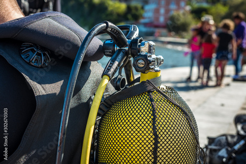 Obraz Scuba diver getting ready for scuba diving on the beach. - fototapety do salonu