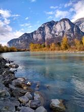 Herbstliches Flussufer Mit Ber...