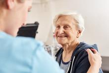 Therapeutin Motiviert Seniorin Als Patient