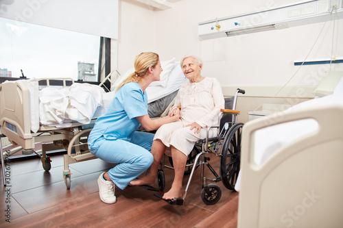 Photo Krankenschwester kümmert sich um Seniorin