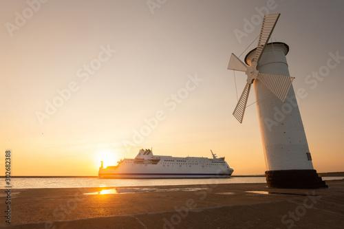 Stara biała latarnia morska i prom w Świnoujściu, Polska