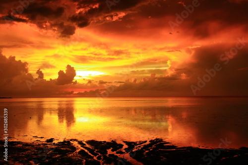 Photo Atardecer rojo mar calmado