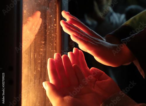 ストーブで手を暖める Canvas-taulu