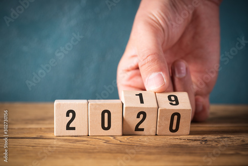 Foto  hand flipping cubes with year 2019 to 2020