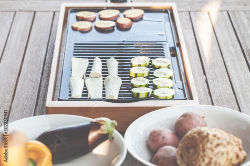 Fotografie, Obraz Tischgrill im Garten: Vegetarische Küche, lecker und gesund zubereitet