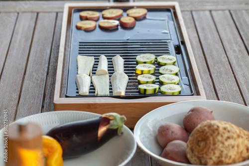 Fototapeta  Tischgrill im Garten: Vegetarische Küche, lecker und gesund zubereitet