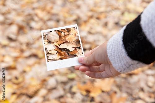 Detalle de mano de persona sosteniendo fotografía instantánea tomada de las hoja Canvas Print