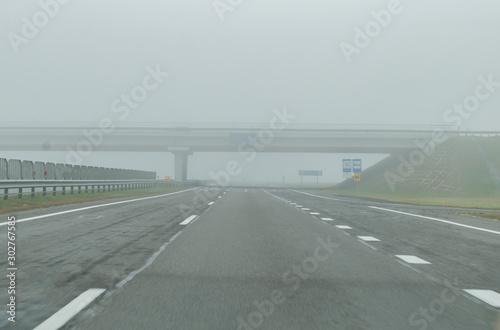 Fototapeta premium Most drogowy przez jezdnię we mgle