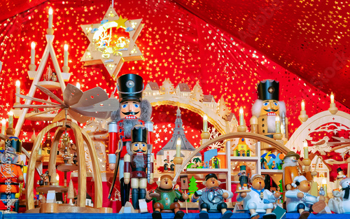 Cuadros en Lienzo  Nutcrackers at Christmas Market at Gendarmenmarkt in Winter Berlin, Germany
