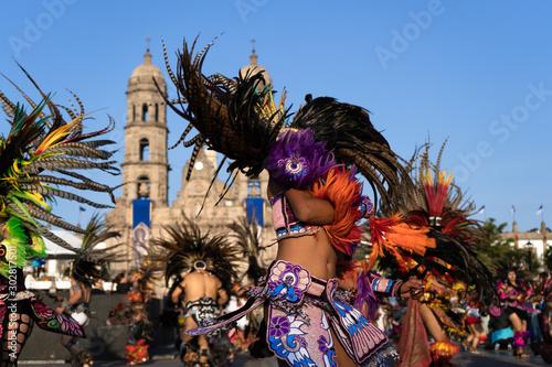 Photo Los danzantes están bailando  con mucha pasión y sabiduría en la Basílica de Zapopan