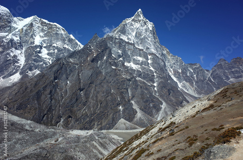 Valokuva Everest trek, View of Cholatse (6335 m) and Arakam Tse (6423 m) in Himalayas mou