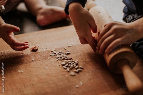 Fototapeta Rodzinne gotowanie, dzieci, rodzina, dłonie. obraz