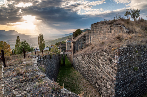 Photo Side view of the walls of the former artillery fort Rapitán, in Jaca (Spain), with sunset light