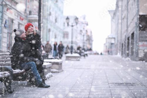 obraz dibond Young couple walking through the winter