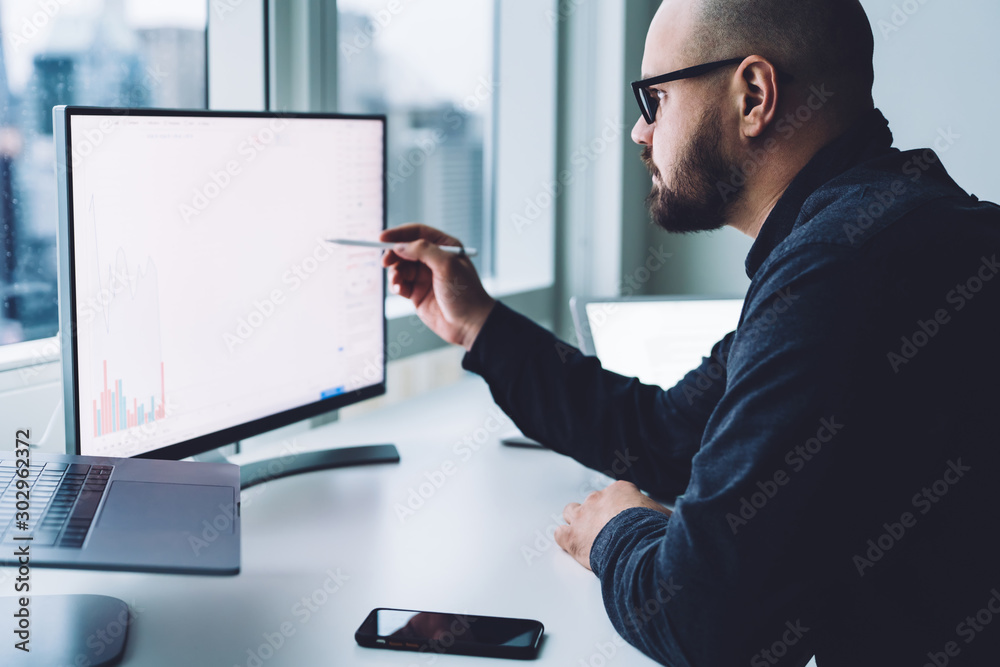 Fototapety, obrazy: Man looking at graph on computer