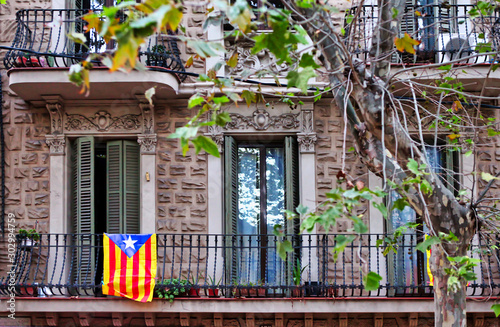 Fotomural  Catalonia flag on an old building balcony at the streets of Barcelona