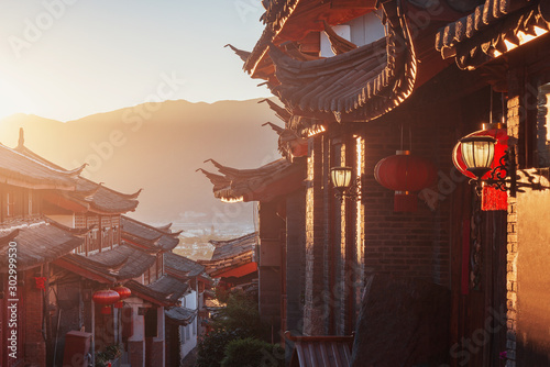 Foto  Sunrise view of the empty city street. Lijiang. China.