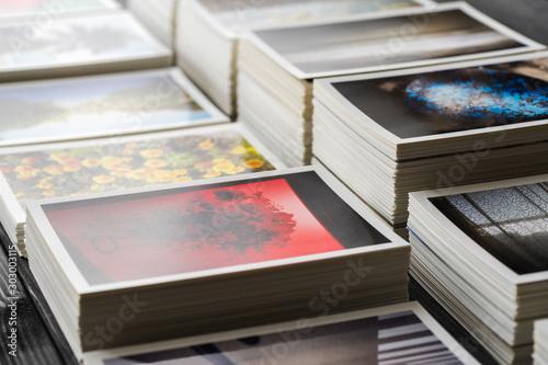 Fototapeta 積み重ねた大量のプリント obraz