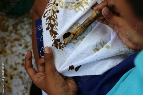 Obraz Elementary school students are learning to make batik cloth - fototapety do salonu