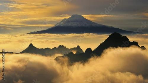 volcán Cayambe al norte del ecuador - 303040925