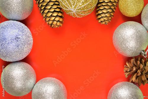 Adornos navideños variados en fondo rojo Fototapeta