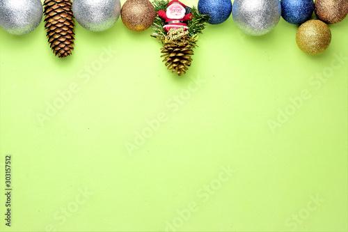 Adornos navideños variados en fondo verde Slika na platnu