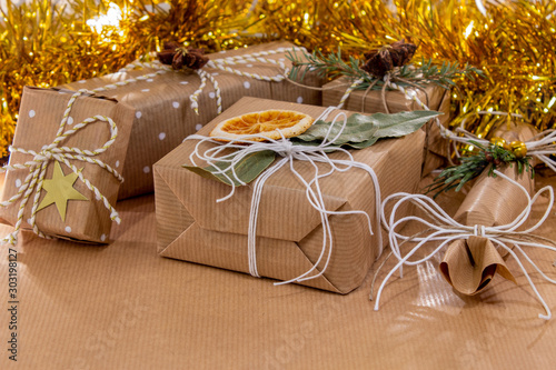 pacchetti natalizi di carta da pacco legati con spago bianco Canvas-taulu