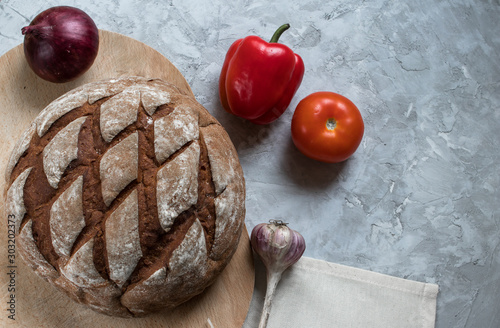 Photo fresh rye bread with vegetables