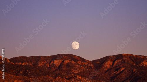 Fotografie, Tablou Nascer da Lua atrás das montanhas