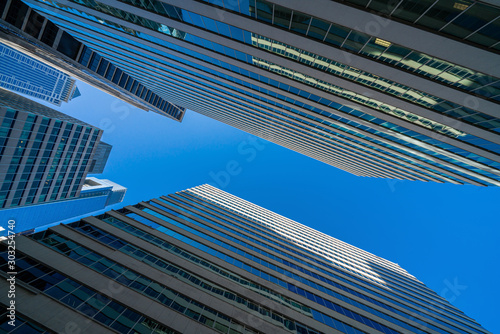 Photo Modern office glasses buildings cityscape under blue clear sky in Washington DC,