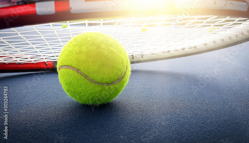Photo Close up view of tennis racket and balls on the tennis court