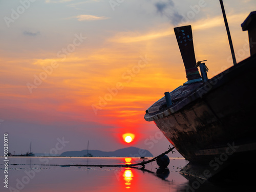 Photo  Traditional long-tail boat on the beach in Thailand
